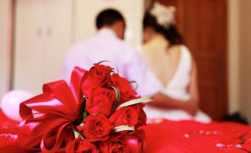 和老婆结婚时,老婆只要了1万彩礼,现在弟媳要20万,父母答应了,老婆心态崩了,我该怎么办?