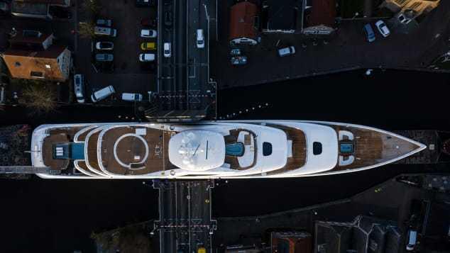 94 米邮轮穿越狭窄的小运河,整个画面非常超现实 热点 热图2
