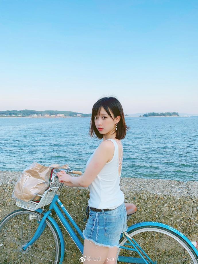 妹子图@real__yami 沙滩上那一抹靓丽的风景线