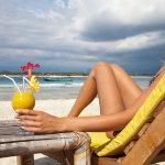 海滩的比基尼女人大胆人体艺术图片